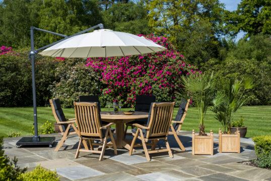 Verstellbarer Sonnenschirm bietet viel Schatten für Sitzgruppe in mediterraner Umge...