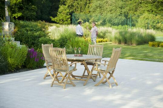 Terrassengestaltung Idee – Kleine Terrasse mit Tisch und Stühlen aus Holz inm...