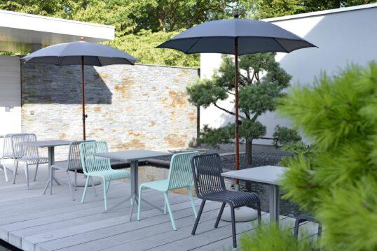 Asiatischer Garten Idee – kleine Terrasse mit Stühlen und Tischen über Garten...