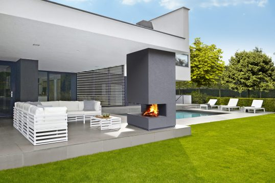 Moderne Terrasse mit Pool als Gestaltungsidee – Gartenkamin und Liegen laden ...
