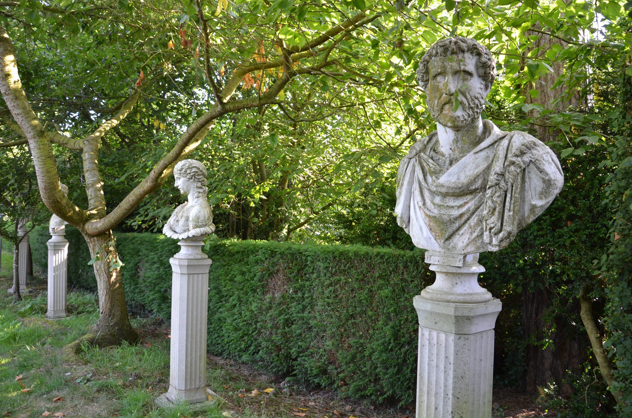 Italienischer Garten Idee Romische Skulpturen Vor Einer Hecke