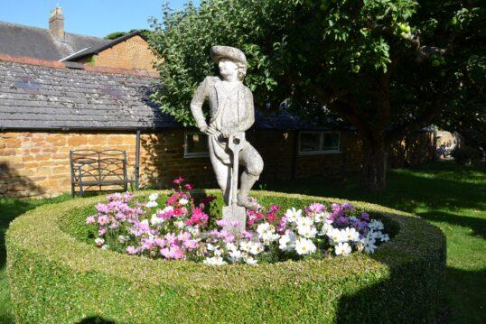Einfacher Garten – schmückend gestaltet mit französischer Skulptur  inmitten ...