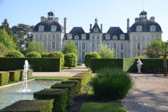 Gartenidee – Französisch angelegter Garten mit Wasserspielen und Hecken vor h...