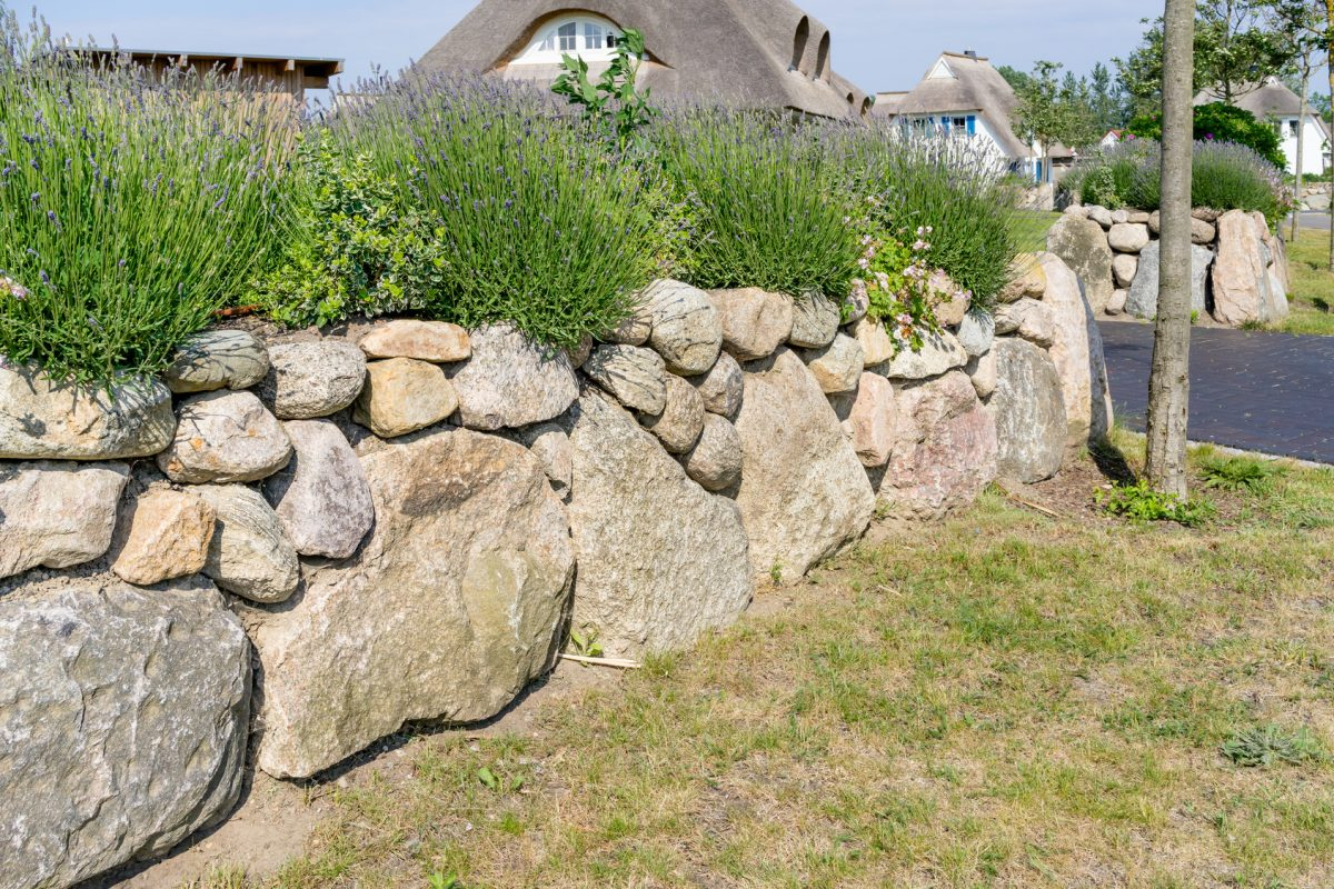 Gestalte deine Garten- oder Beetumrandungen mit Mauersteinen, um für klare Abgrenzungen zu sorgen.