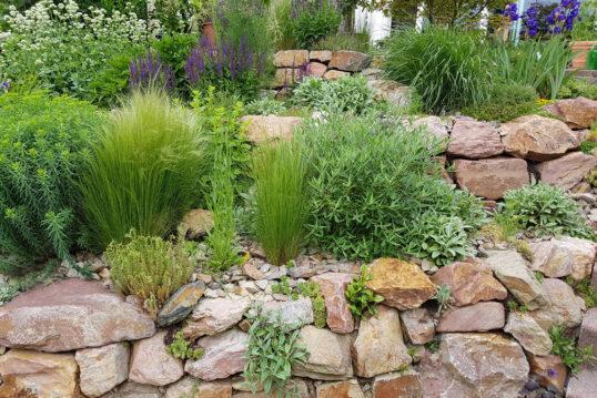 Gartenidee – Pflegeleichter Garten mit steinverkleidetem Hochbeet
