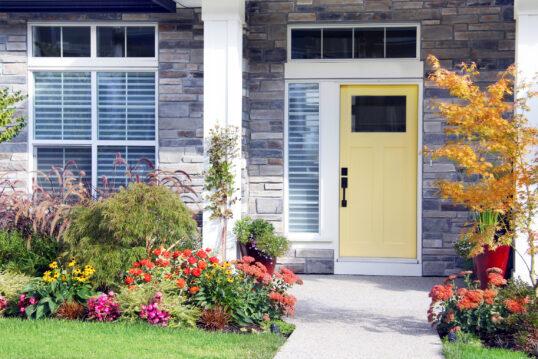 Tolle Vorgarten Idee – Modernes Haus mit Vordach – bunte Blumen & ...