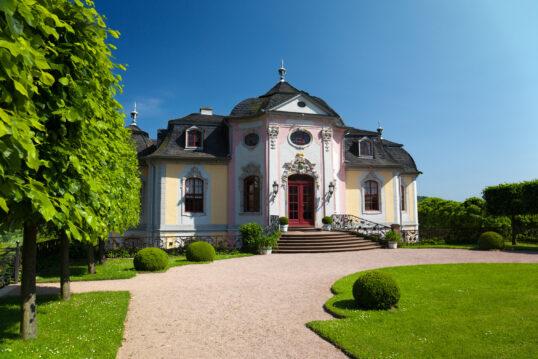 Wunderschönes französisches Landhaus mit rotem Hauseingang und gepflegten Garten