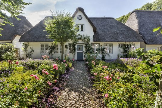 Skandinavisches Landhaus mit Vorgarten voller Blumen