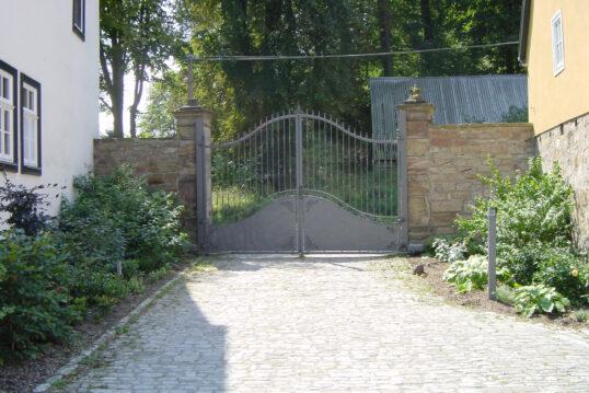 Innenhof Idee mit Gartentor – Dekoratives Tor aus Eisen mit Zierelementen
