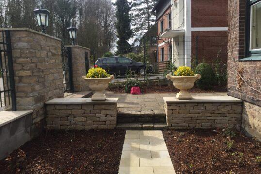 Vorgarten mit Treppe und dekorativen Pflanzkübeln