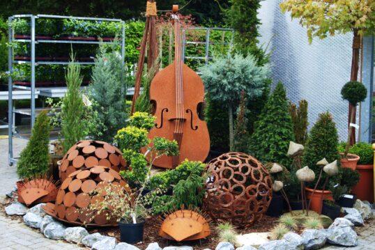 Gartendekoration Idee – Aufwändig dekorierter Garten mit verschiedenen Skulpt...
