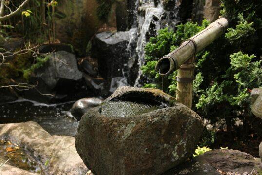Gartengestaltung mit Wasser – Beeindruckender Wasserfall mit großen Steinelem...