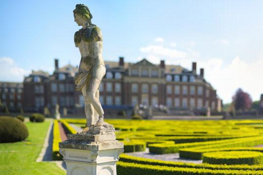 Gartenidee mit Skulptur – Barocke Skulptur auf dekorativem Sockel in französi...