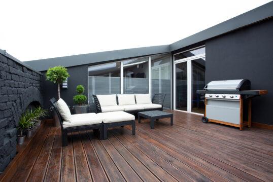Terrassen Idee – Moderne und stilistische Dachterrasse in dunklen Farben mit ...
