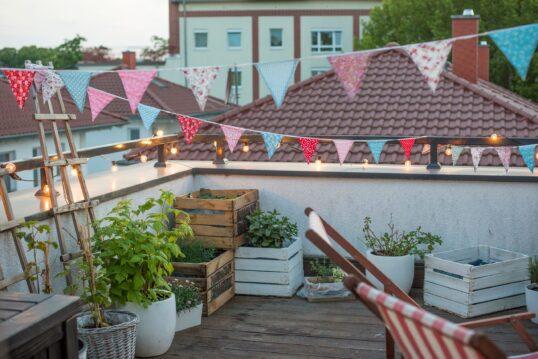 Dachterrasse Idee – Gemütliche Dachterrasse gestalten mit liebevoller Dekorat...