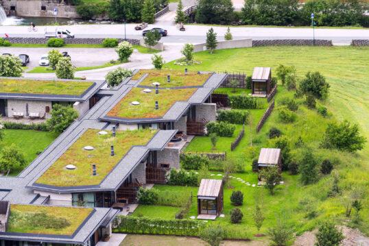 Dach Idee – Schöne Häuser in moderner Optik mit grünen Dächern und Gartensaun...