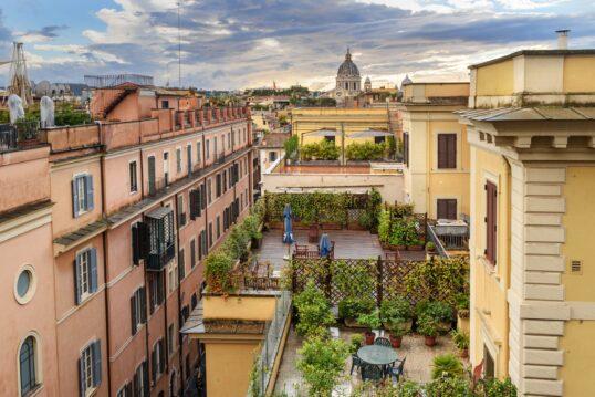 Dachterrassen Idee mit mediterranem Flair  vielen Pflanzen  Sonnenschirmen und Sitz...