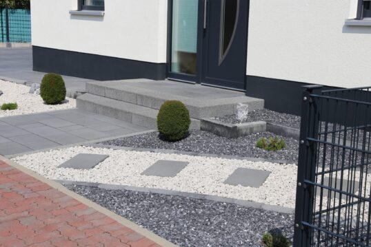 Vorgartengestaltung mit Steinen – Moderner Steingarten mit Pflanzen und auffä...