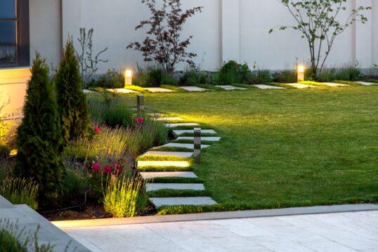 Gartengestaltung mit Gartenweg – Beleuchteter Garten mit schönen Steinplatten...