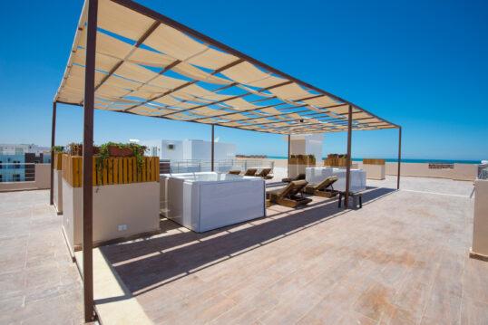 Moderne Dachterrassen Idee mit mediterraner Optik – Auf der Liege mit Sonnens...