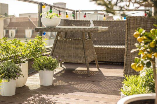 Idee für einen modernen Stadtbalkon mit verschiedenen Topfpflanzen und Balkonmöbel ...