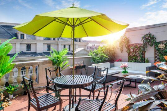 Schöne Dachterrasse mit viel grün  perfekter Aussicht und Schutz vor der Sonne