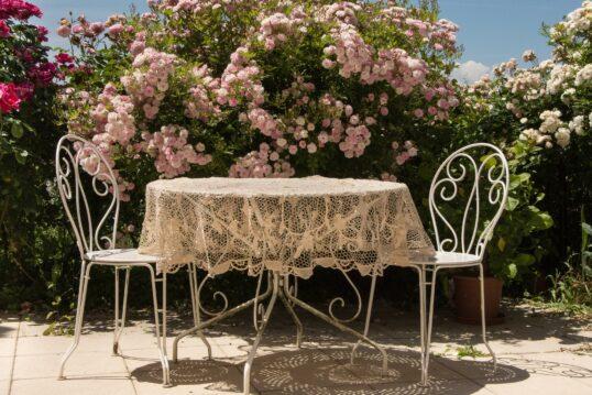Idee für einen Sitzbereich im Garten – Gartentisch und Stühle aus Metall vor ...