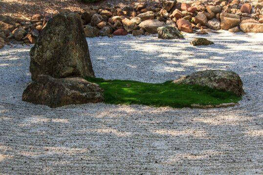 Asiatischer Steingarten als Gartenidee – Dekorativer Zengarten mit großen Ste...
