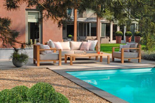 Pool vor Terrasse mit hölzernen Sitzmöbeln