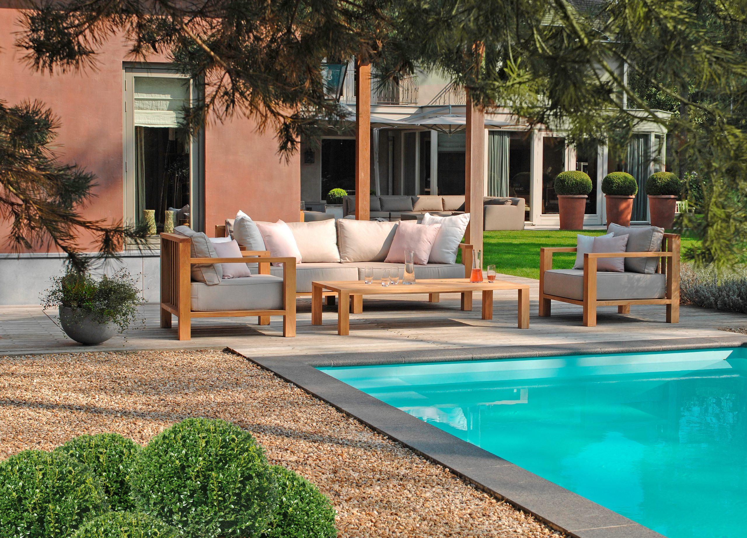 Loungemöbel aus Teakholz für den Poolbereich