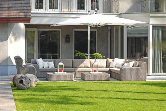 Idee für die Terrasse – Großzügige Sitzecke mit Rattansofa & Rattanloung...