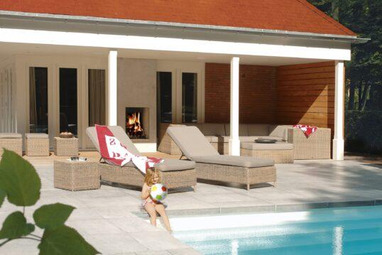Gestaltungsidee für eine große Terrasse mit Liegen  Sitzgruppe und Pool