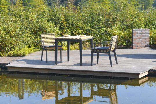 Terrasse mit modernen Möbeln und einem Schwimmteich