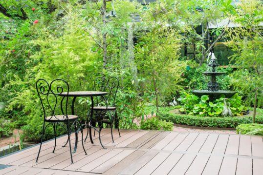 Terrasse vor einem großen Garten mit Springbrunnen