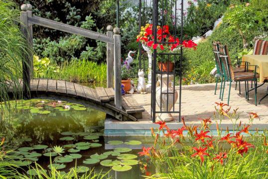 Terrassengestaltung mit Gartendekoration – Garten mit schöner Terrasse und Ga...