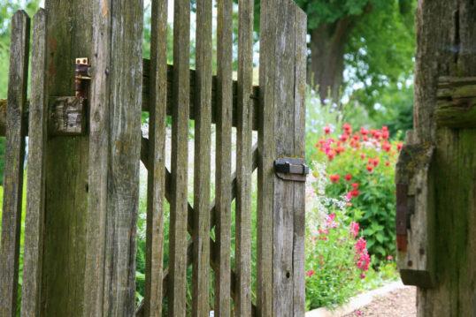 Idee für die Gartengestaltung – Altes Gartentor aus Holz zum Schrebergarten