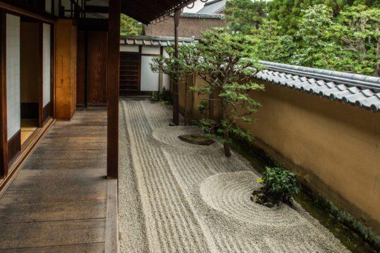 Japanischer Innenhof Idee mit Terrasse und Kiesgarten – kleine Holzterrasse &...