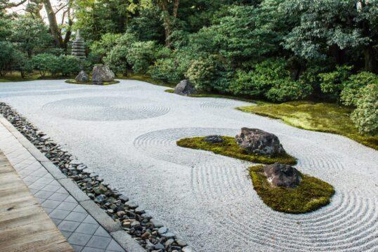 Idee für einen Steingarten im asiatischen Stil – Japanischer Zengarten im Inn...