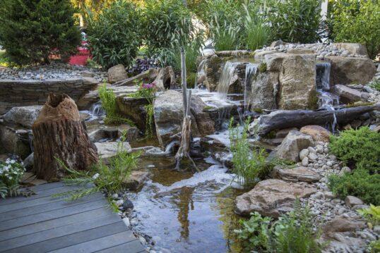 Gestaltungsidee für einen großen Garten – Großer Teich mit Wasserfällen und T...