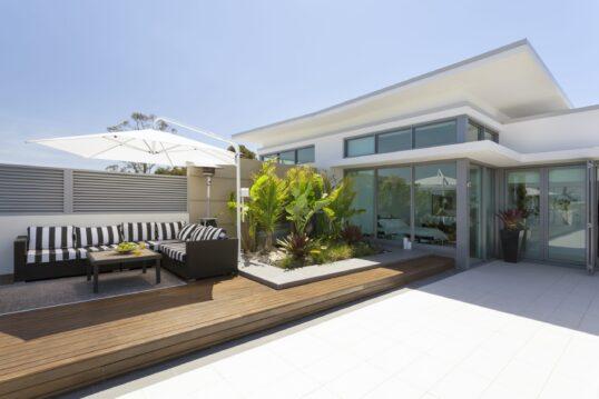 Gestaltungsidee für ein modernes Haus mit toller Terrasse aus Holz – Terrasse...