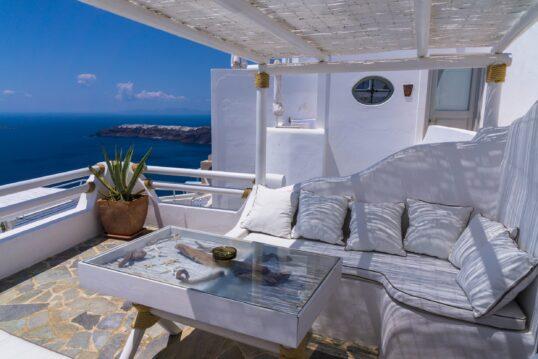 Schöne Terrasse mit Sitzecke und Blick aufs Meer