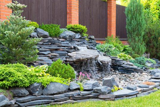 Idee für den Garten – Beispiel mit künstlich angelegten Wasserfall in wunders...