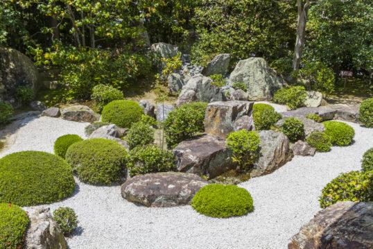 Steingarten Idee – Asiatischer Kiesgarten mit großen Steinen und immergrünen ...