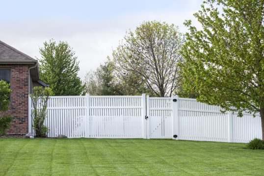 Idee für die Gartengestaltung mit einem großen weißen Gartenzaun & gepflegter ...