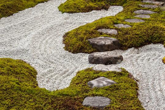Gartengestaltung mit Steinen – Gartenweg aus Stein in asiatischen Kiesgarten