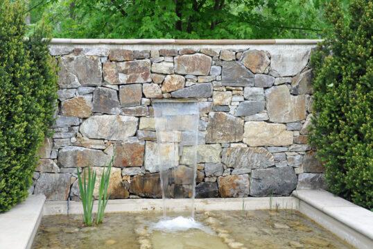 Garten Idee mit Wasser – In die Gartenmauer eingelassener moderner Brunnen mi...