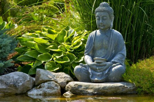 Thailändische Buddhafigur als Dekoration im asiatischen Garten