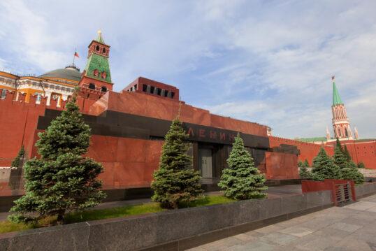 Idee – Mit Nadelbäumen gestaltetes Lenin Mausoleum