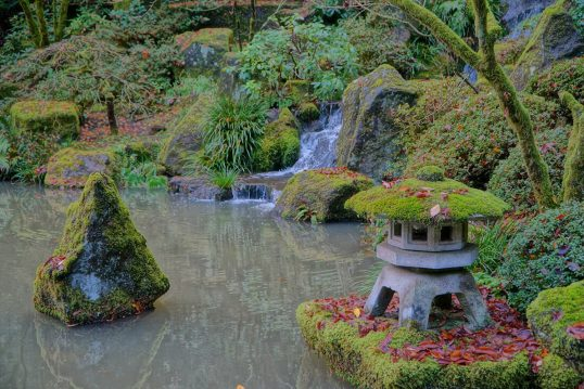 Garten im asiatischen Stil gestalten Idee – Japanischer Wassergarten mit deko...