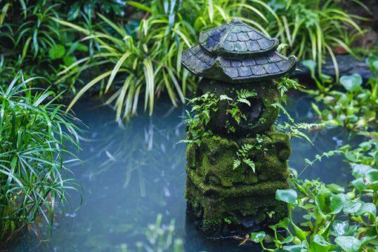 Gartendekoration aus Stein im asiatischen Stil – Dekorative Stein-Pogode in k...
